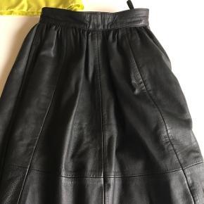 Fin lang skind nederdel m lommer og for , lille i str ! Længde 83 cm/ livmål 66 cm