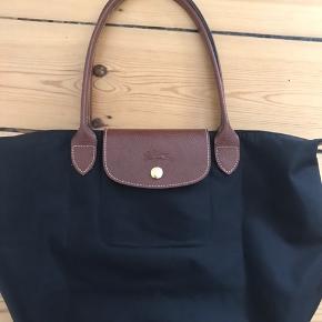 Super lækker taske, købt i London sidste år. Det er mellem størrelsen. Den er stort set som ny, men trænger lige til en klud i bunden uden på 😊