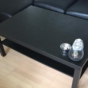 Sofabord fra IKEA med hylde under bordpladen.  Mål: L=117 B=77 H=45. Fejler intet. Sælges pga. flytning. BYD gerne.