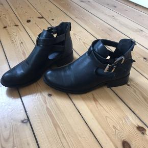 Støvler fra Erynn i str. 40. Brugt med lidt slidmærker på siderne 🌼