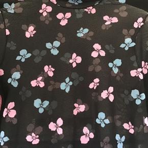 Lækker Strech bluse med blød høj hals og det smukkeste print.. Elastisk materiale.. 84% Polyamid og 16% Elastan.. Super flot at bruge som den er.. super fed under en blazer... et must have.. ny i butikkerne og ikke fået den brugt.. Bytter ikke!