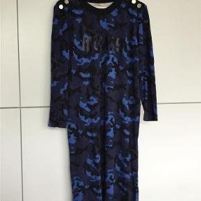 Varetype: Kjole Farve: Se foto  Fin kjole, har skrevet god men brugt, men fejler intet. Har mobilepay. Ved Tspay betaler en evt. køber de 5%