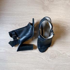 Super behagelige at gå i en hel dag! De støtter godt pga læderstykket der går over foden, så de er perfekte som sommersandaler eller lignende. Jeg har givet dem både læderfedt og de er imprægneret så der ikke kommer vand-mærker i læderet af at gå i regnvejr osv. BYD gerne