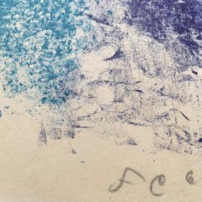 """Farvelitografi af Frede Christoffersen  Størrelse: 36x30,5 cm.   Signeret i bly: FC 62 Nummereret: 27 af 30  Biografi: Frede Christoffersen  Født 1919 - død 1987 Grafiker og maler """"Frede Christoffersens motivverden er en række temaer, som målt med naturens ødsle forrådskammer kun synes få og begrænsede. Men det er netop kunstneren givet inden for en snæver motivkreds, som han udvælger og afgrænser, at vise rigdommen i det mangfoldige. Christoffersen forstår at vende og dreje sit motiv, se det efter i sømmene, til det endeligt erobret træder frem som billede, overraskende gennem dets forvandling.  Et motiv, han ofte er vendt tilbage til, er solen. Han har iagttaget den, enten med det blotte øje, eller mærket sig de farverige lyskredse, der som ef terbilleder et sekund eller to fortsætter med at cirkulere inde i hjernen. Vigtigst er det, at han har studeret dette himmellegeme til det personliggjorte, en genfødt sol udstråler fra hans lærreder."""" (Ejler Bille - 1959)"""