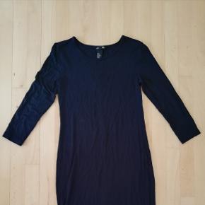 Lang stram sort kjole