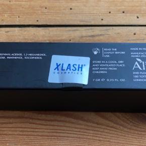 Ny og uåbnet  Xlash Mascara 7 gr. - Black  BESKRIVELSE Xlash Mascara er en skøn mascara med specielle polymer, som dækker og indhylder hvert enkelt vippehår i et fint lag farve. Mascaraen er beriget med olier, som gør den tårefast, og som gør at den holder i både sne, regn og høj luftfugtighed. Til trods for den meget holdbare formel, kan den dog nemt fjernes med varmt vand (omkring de 40 grader). Den har en specielt kurvet børste, som sørger for at give vipperne en smuk form, samtidig med at den mørke farve giver et intenst look. Denne mascara kan blive dit hemmelige våben, da den både giver volume, fylde, længde og separation på én gang. Den indeholder nogle af de samme egenskaber som Xlash PRO Eyelash Serum, så ved kontinuerligt brug af Xlash Mascara vil man opleve at vipperne får mere længde, volume, elasticitet og glans.  Fordele: Mascara Indhylder hvert enkelt vippehår i farve Holder i sne, regn og høj luftfugtighed Tårefast Kan fjernes med varmt vand Separerer vipperne perfekt Med samme egenskaber som Xlash Serum