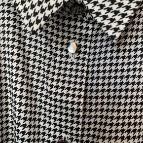 Flot sommerskjorte fra CPS i sort & hvid Aldrig brugt
