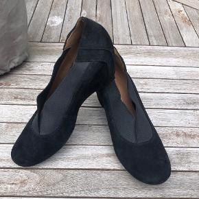 Clarks 'Softwear' pumps i ruskind med kilehæl - flotte til efteråret. Sidder pænt på foden og er meget behagelige.  Str. 6 1/2 svarende til str. 40.  Som nye - kun prøvet på et par gange.