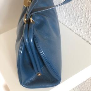 """Overvejer at sælge min smukke vintage taske. Brugt få gange og er som ny.  Købt i """"A touch of vintage"""" i København. De havde kun fået den ene hjem, så virkelig et unikum.  Mål: bredte: 30 cm højde: 18 cm dybde: 10 cm.  Bytter ikke."""
