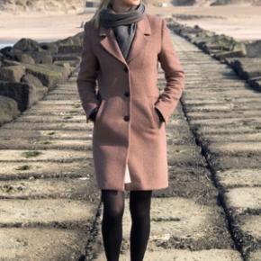 Materiale: 50% uld, 50% polyester Længde på frakke: 94 cm Brugt 3 måneder - fremstår stadig som ny. Nypris: 1.295kr.