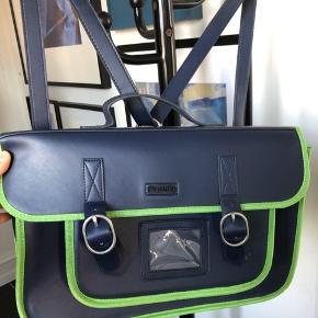 Skoletaske fra Superdry. Den kan bruges som retro taske/ lille Per taske eller som skuldertaske.