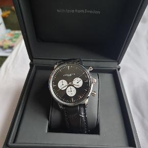 Lækkert ur fra Grand Frank. Model Montpellier Black Chronograph. Brugt få gange, men har desværre fået en ridse tæt på kl. 12 (billede 3), derfor den billige pris.