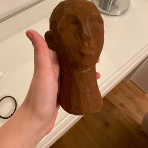 """Superfint hoved skulptur fra ILVA i med ruststøv. Som nyt. Bemærk at de steder hvor ruststøvet """"mangler"""" er bevidst lavet og sådan disse bliver solgt."""