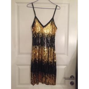 - Helt ny palliet kjole  - Aldrig brugt - Mærke stadig på  - One size  Byd Gerne!✨✨