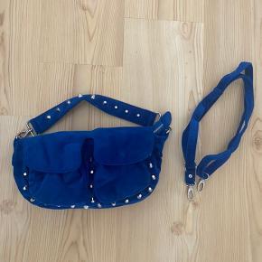 Blå velour taske med nitter. Der er både en lille rem på tasken og en længere en du selv kan sætte på!   - Køber betaler selv fragt!  BYD
