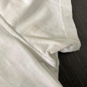 Flot H2O bluse  Har små gule afmærkninger under det ene arm 😀 sælges derfor til 99kr  Nypris 379kr