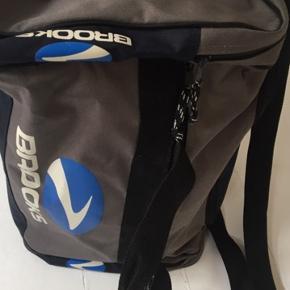 Fin sportstaske med gode rum i flot stand. Mål50x28 cm