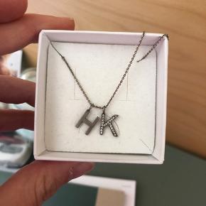 Oxideret sølv halskæde med bogstaverne H og K (med sten).  Kan også sælges hver for sig