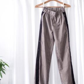 Bukser med vidde og mange detaljer. De knappes ude i siderne (kan knappes op til knæet)  Har et fint brunligt plaid mønster og 2 lommer!  #tuesdaysellout