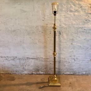 Smuk gammel gulvlampe i messing. Højden måler 140cm. Den fungerer selvfølgelig og er i meget fin stand. Kan leveres mod betaling.