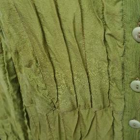 Mærket PRAECHTIG, BERLIN.Den er mærket str 3. Jeg vidt,jeg kan se,er det en XL. Den er af 100% silke!!
