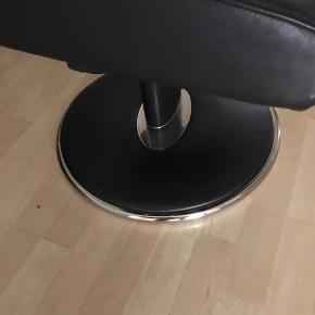 Super populær stressless dreje læder lænestol og fodskammel model jazz i det lækreste BLACK paloma læder stolen er str M det er så stilet😊.et sæt  Utrolig lækker sidde komfort og med regulering af ryggen og nakkepude kan hæves hvis der er behov for det  I utrolig flot stand  begge dele det er næsten som ny syntes jeg😊😊 sælges kun ved afhentning på adressen på vestamager kom med bud skal ses da den er så super flot og stilet😊😊