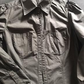 Brugt få gange - skøn skjorte fra Day med små pufærmer.