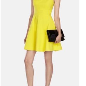 Karen Millen kjole, style: DX087/A15W. Smukkeste gule farve - falder så smukt. Kun prøvet på.  Str. UK: 12 = str. 40 Men er Karen Millen er små i str., så vil sige den passer en alm. str. 38.
