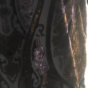 Virkelig fin kjole i mesh med mønster af velour. Der hører en underkjole med, og begge går til lige over knæet.