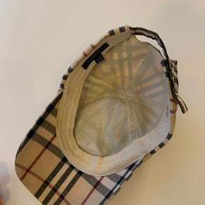 Burberry cap one size. En Burberry kasket med få tegn på brug. One size men med mulighed for at regulere størrelse bagpå