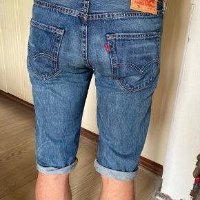 Levis 501, den ikoniske model. Brugte, men fejler intet. De blev for klippet til shorts. Modellen er uden stretch, som 501 plejer at være, derfor den passe bedste til en Medium, eller 31 i jeans, selvom der stå str 32. Talje: 82 cm. Byttes ikke.