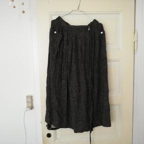 Flot højtaljet vintage slå om nederdel med små prikker, knapper og bindebånd. Passer ca en M
