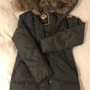 Virkelig pæn og enkel vinterjakke / dunjakke / dynejakke / skijakke. Super varm og med lækker ægte pelskant og pels i hætten!   Jeg har passet supergodt på den, men jakken er brugt, og det kan fornemmes på læderkanterne på lommerne og inden i hætten. Prisen er selvfølgelig sat derefter, men kig på billederne, før du slår til :-)
