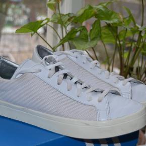 Sælger de her flotte Adidas Court Vantage  i god stand til en meget fair pris. nypris 750kr cond 8,5 min pris kun 200kr så hvis du skal have et par sko til en fin middag eller sådan noget så er det lige skoen til dig!