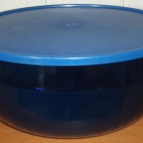 Lækker Stor skål med låg fra Tupperware  Kan rumme 6 L  Se billeder  Mindstepris : 160 kr plus porto.  Porto er 37 kr med DAO uden omdeling