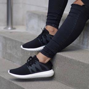 Sælger disse fine sneakers fra Adidas da jeg ikke får dem brugt nok :) Der er ruskindsdetaljer på siden og slangeskindslook bagpå  De passer str 38 og er brugt, men er stadig i rigtig god stand :)  Np: 850kr :)
