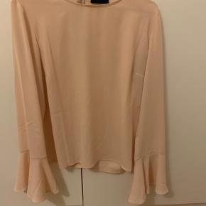 Super fin bluse med vidde på ærmerne - har et løst fit🌸