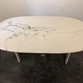 Et fint marmor sofabord sælges  Bordet består af 2 dele: en tung bordplade og tunge bordben, som ikke sidder fast sammen  Der er nogen brugsridser i bunden af bordet, som jeg kan sende billeder af  L: 137 cm  B: 76,5 cm  H: 50,5   BYD GERNE : )   God dag!