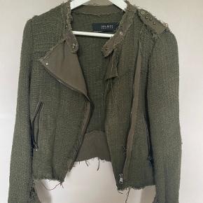 Fed jakke fra Zara. Med fine detaljer både på skuldre og albuer