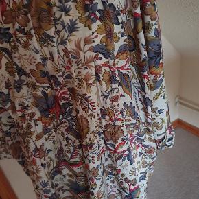 Lækker halvlang bluse, i dejlige farver. Næsten som ny