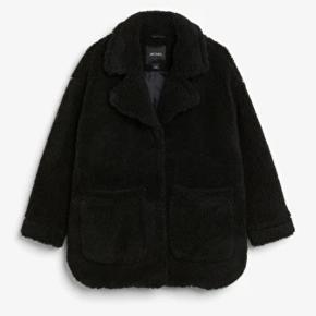 Teddy jakke  fra Monki Str. XS, men stor i størrelsen.   Sælges fordi jeg synes, den er for stor til mig.   Skriv endelig til mig for billeder eller spørgsmål 🌸 🤗