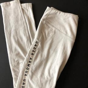 Super fede tights fra under armour  De er mere til yoga da der er bomuld i stoffet, så de er super bløde.   Kan afhentes på Amager eller mødes i Kbh  Forsendelse 37kr.