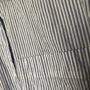 Varetype: Oversize skjorte Farve: Blå,Hvid Oprindelig købspris: 495 kr.  Oversize og klassisk skjorte med blå og hvide striber.  Nypris: 495 kr.
