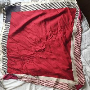 Flot Burberry tørklæde. 70 × 70 cm.