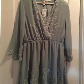 Varetype: kjole Farve: Grøn Oprindelig købspris: 349 kr.  Grøn kjole, aldrig brugt, stadigvæk pris mærke i...