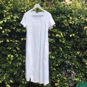 Smuk hvid enkel sommerkjole i 100% hør/linen  fra tyske Oska. Der står str 1 i og jeg vil mene det svarer til str 38/40. Kjolens brystmål er ca 46 cm x 2 Kjolen er kun brugt 1 gang Nypris 1600, sælges for 500 kr excl forsendelse