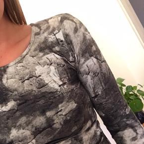 Kjole fra H&M i størrelse small. Har åben ryg.  Kan hentes i Valby eller sendes med DAO 📦