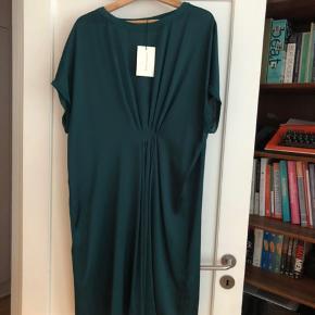 Super smuk flaskegrøn kjole, aldrig brugt. Str 44
