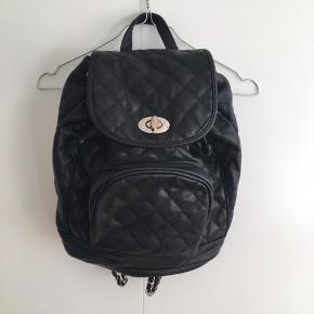 Sælger denne flotte rygsæk. Købte den selv i en secondhand butik i København sidste sommer, derfor er tasken brugt. På sidste billede kan man se at den ene hank er gået lidt løs. Kom med et bud 😊