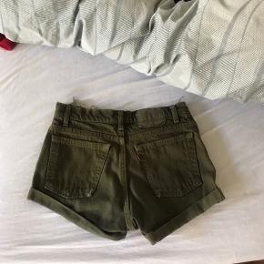 Grønne højtaljede levis shorts. Passer cirka en størrelse S. Byd!
